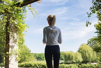 Frau beim Sport im Park - p1325m1445866 von Antje Solveig