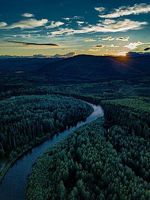 Flussverlauf in einer Hügellandschaft - p1455m2204787 von Ingmar Wein