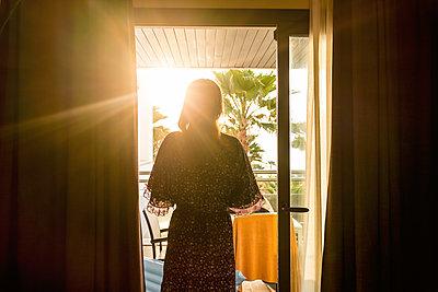Sonnenstrahlen auf einer Terrasse - p890m1467390 von Mielek