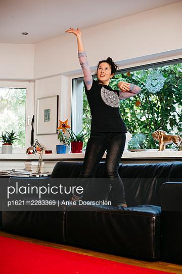 Dancing in the living room - p1621m2283369 by Anke Doerschlen