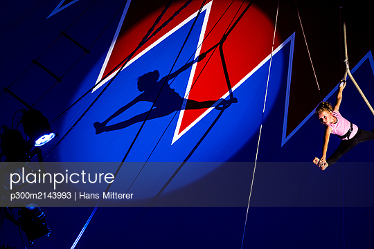 Circus, aerial rope, shadow of girl, artist, splits - p300m2143993 by Hans Mitterer