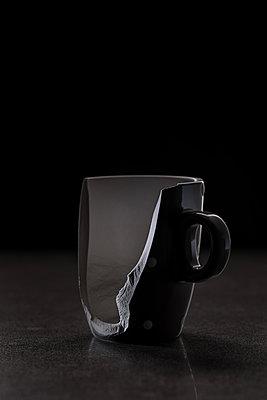 Zerbrochene Tasse - p305m1146284 von Dirk Morla