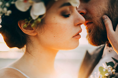 Caucasian bride and groom kissing - p555m1303665 by Sophie Filippova