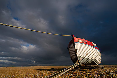 Boat on shingle beach, Dungeness, Kent, England, United Kingdom - p871m2122961 by Robert Canis