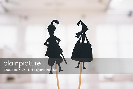 Zwei Scherenschnitt-Figuren - p586m1007133 von Kniel Synnatzschke