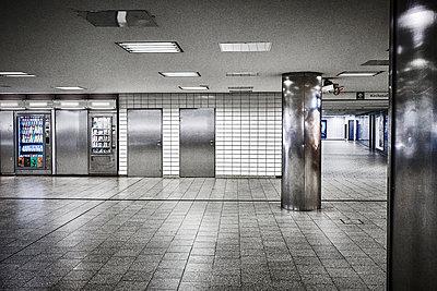 Closed metro, Hamburg, shutdown due to Covid-19 - p1276m2178412 by LIQUID