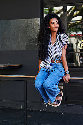 Black-haired woman in casual outfit in the city - p1640m2246162 by Holly & John
