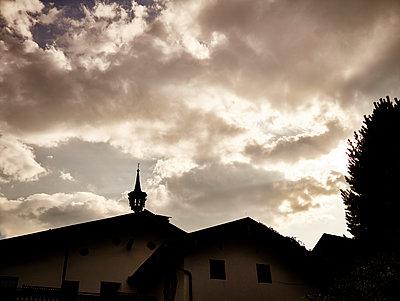 Gewitterwolken über einem Dorf im Salzburger Land - p961m1592152 von Mario Monaco