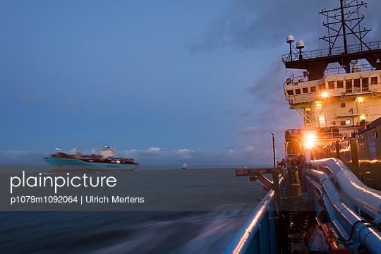 Begegnung zweier Schiffe im Morgengrauen auf der Nordsee - p1079m1092064 von Ulrich Mertens