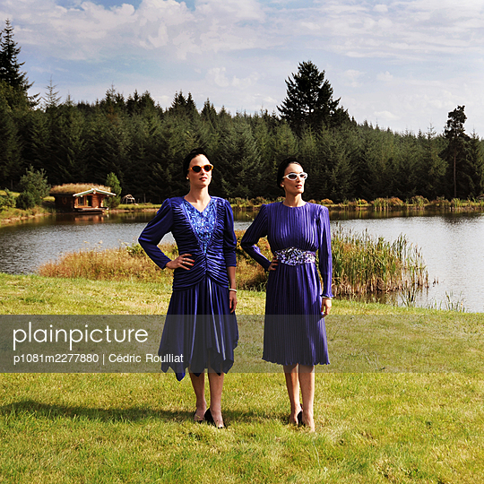 Sisters in blue - p1081m2277880 by Cédric Roulliat