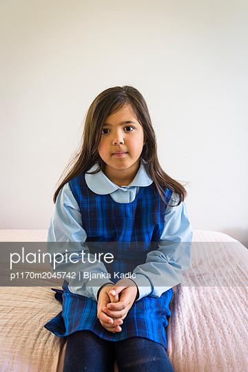 Achtjähriges Mädchen in Schuluniform - p1170m2045742 von Bjanka Kadic