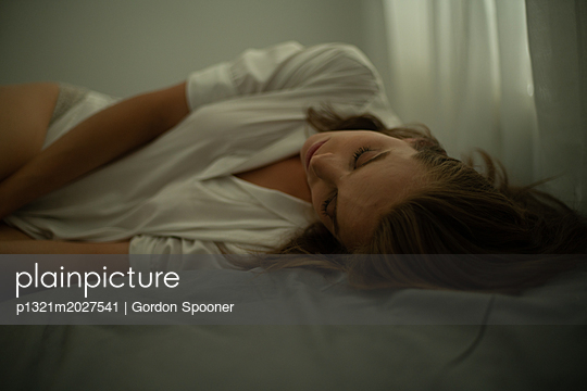 Schlafende junge Frau - p1321m2027541 von Gordon Spooner