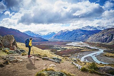 Argentina, Patagonia, El Chalten, woman on a hiking trip at Fitz Roy and Cerro Torre - p300m2069430 von Stefan Schütz