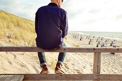 Nachdenklicher Mann am Strand - p432m1190756 von mia takahara