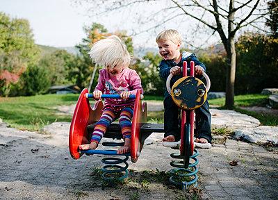 Zwei Kinder auf dem Spielplatz - p819m1128384 von Kniel Mess