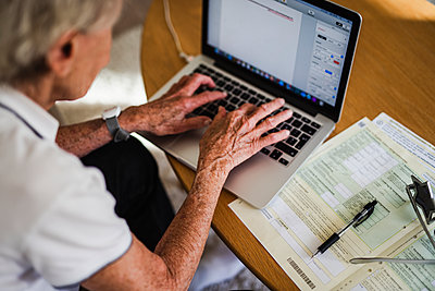 Woman using laptop - p312m2139836 by Anna Johnsson