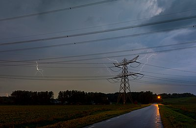 A thunderstorm hits a coal-fired power station at night - p429m1062814 by Mischa Keijser