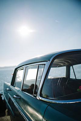 Auto am Seeufer - p819m1128395 von Kniel Mess