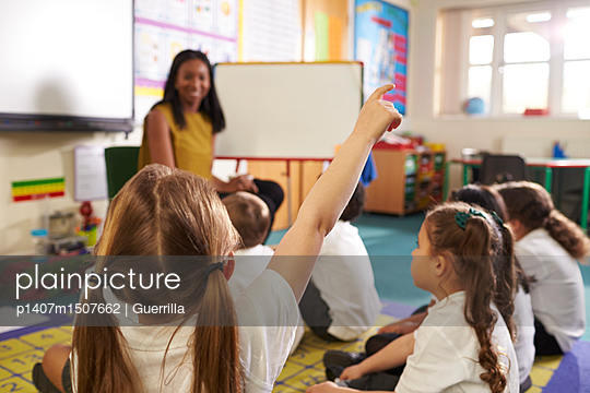 plainpicture | Photo library for authentic images - plainpicture p1407m1507662 - Teacher With Whiteboard In ... - plainpicture/Monkey_Images/Guerrilla