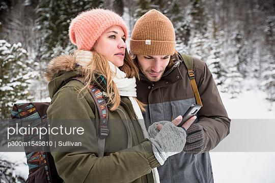 plainpicture | Photo library for authentic images - plainpicture p300m1549810 - Couple on a trip in winter ... - plainpicture/Westend61/Sullivan