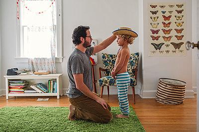 Vater und Sohn zuhause - p1361m1225611 von Suzanne Gipson