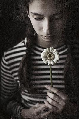 Mädchen mit Blume - p1432m2093440 von Svetlana Bekyarova