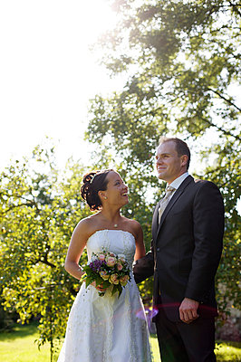 Bride and groom standing in a park - p5861475 by Kniel Synnatzschke