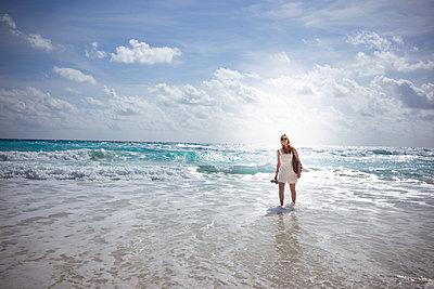 Frau am Strand - p741m2172174 von Christof Mattes