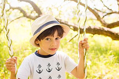 Kleiner Junge mit Strohhut - p796m2093123 von Andrea Gottowik