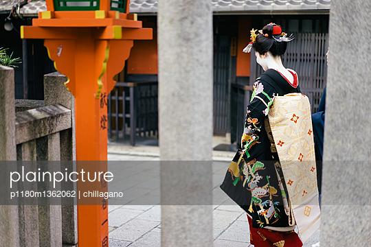 Japanische Maiko und Shinto-Schrein in Kyoto - p1180m1362062 von chillagano