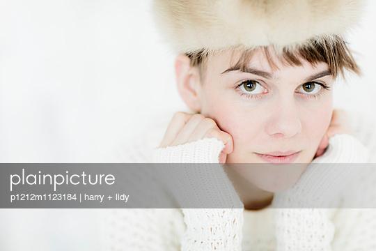 Junge Frau mit Pelzmütze - p1212m1123184 von harry + lidy