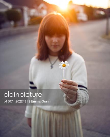 Mädchen mit Blume - p1507m2022491 von Emma Grann
