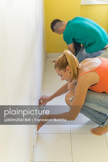 Couple preparing room at new home for renovation - p300m2041845 von Francesco Buttitta