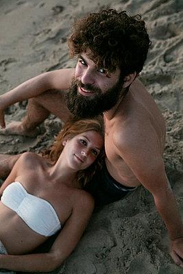 Junges Paar glücklich im Sand - p1212m1168769 von harry + lidy