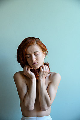 Red-haired woman, portrait - p427m2210842 by Ralf Mohr
