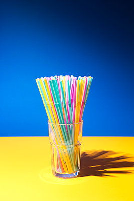 Drinking straws made of plastic - p1149m2092461 by Yvonne Röder
