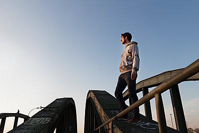 Mann auf einer Brücke - p1222m1286271 von Jérome Gerull