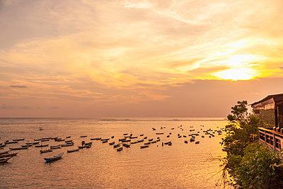 Indonesia, Bali, sunset over the sea - p300m2030052 von Michael Malorny