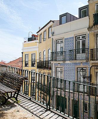 Blick auf Häuserfassade in Lissabon - p432m1573055 von mia takahara