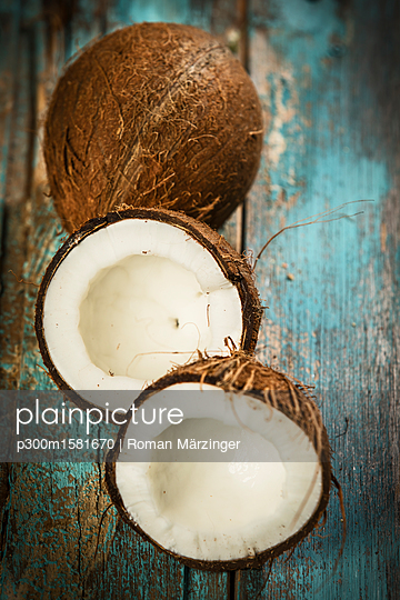 Opened coconut, close-up - p300m1581670 von Roman Märzinger