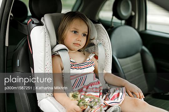 Portrait of little girl sitting in child's seat waiting - p300m1587251 von Katharina Mikhrin