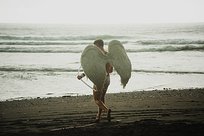 Person with angel wings on beach - p1108m1194364 by trubavin