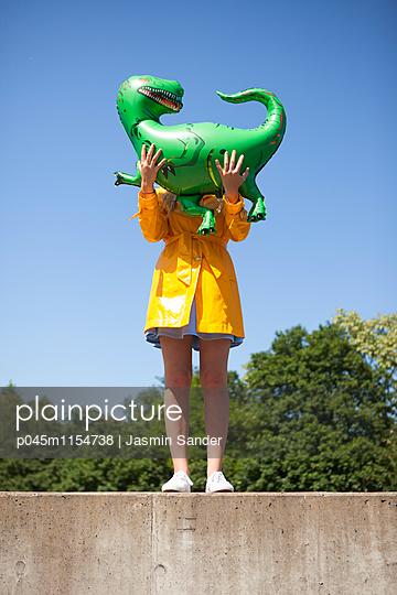 Hinterm Dino versteckt - p045m1154738 von Jasmin Sander