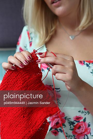 Knitting - p045m944449 by Jasmin Sander