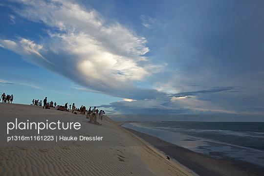 Duna do Por do Sol , Touristen am Abend auf Duene am Strand, Jericoacoara NatPark, nahe Jericoacoara, Ceara, Brasilien - p1316m1161223 von Hauke Dressler