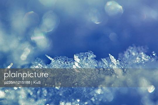 Raureifkristalle wachsen auf frischem Schnee - p235m1215188 von KuS