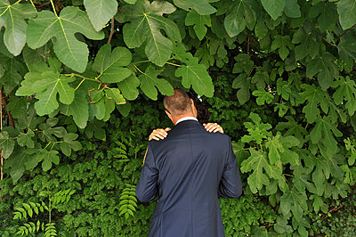 Bridal couple kissing - p1468m1539350 by Philippe Leroux