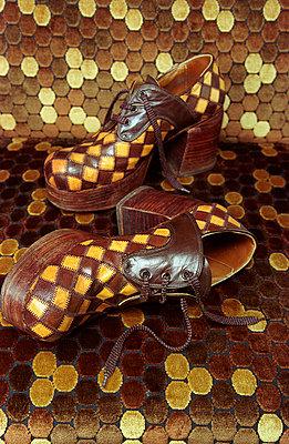 70er Schuhe auf Musterteppich - p1650083 von Andrea Schoenrock