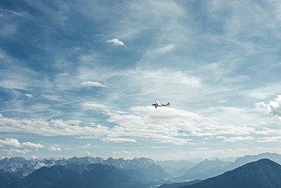 Propellerflugzeug unterwegs - p354m1133771 von Andreas Süss