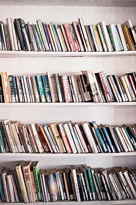 Bücherregal - p795m1045271 von JanJasperKlein